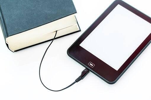 une liseuse reliée à un livre imprimé