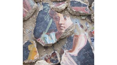 Reims - fouille archéologique réalisée par l'Inrap, rue Ponsardin - septembre 2012. Détail des enduits peints de la domus (IIIe siècle), découverts lors du diagnostic archéologique