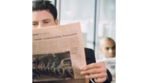 Homme consultant un journal