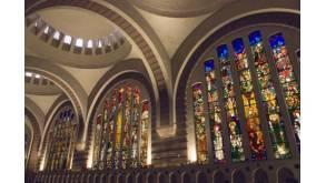 Église Sainte-Odile, Porte de Champerret, Paris 17e. Intérieur de la nef: béton rose, briques et verrières en pâte de cristal et mortier de ciment de François Décorchemont