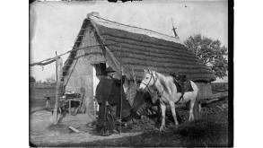 Gardian en costume d'hiver devant sa cabane entre 1910 et 1925