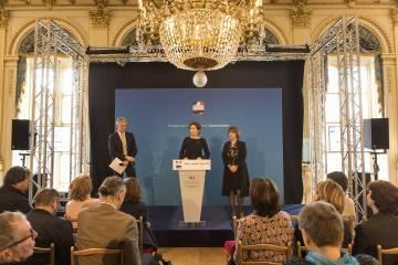 Audrey Azoulay, ministre de la Culture et de la Communication, a signé aujourd'hui avec Didier Fusillier, Président de l'Etablissement public du Parc et de la Grande Halle de la Villette, une convention de déploiement des Micro-Folies dans une dizaine de villes éloignées de la culture ou présentant des enjeux de développement importants