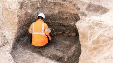 Sur la fouille archéologique à Faux-Fresnay dans la Marne, un silo de la période gauloise contient deux défunts : un individu complet et, entre ses jambes, la tête d'une seconde personne
