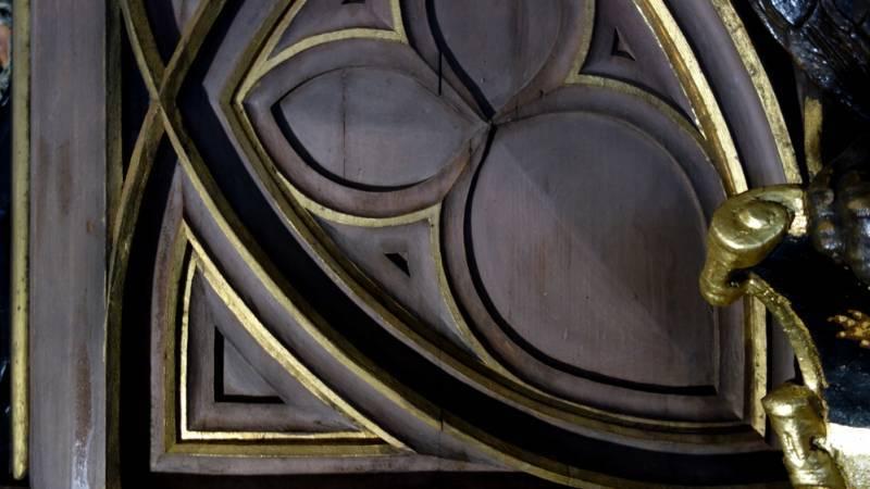 Cathédrale de Strasbourg. Horloge astronomique. Nettoyage du buffet : boiserie en cours de décrassage