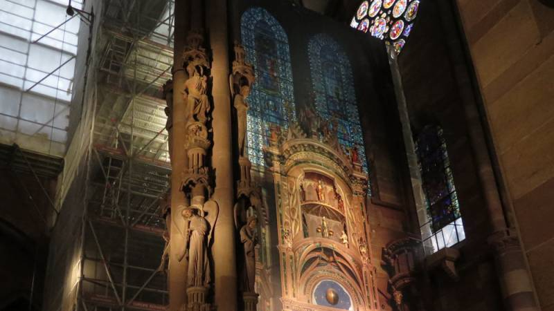 Cathédrale de Strasbourg. Horloge astronomique. L'échafaudage habillé d'une bâche décorative. Vue d'ensemble