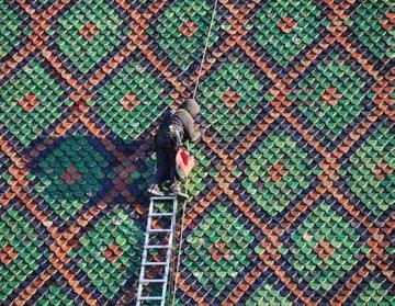 Restauration de la toiture de la collégiale de Thann - Tuiles vernissées