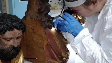 Statue du retable d'Issenheim. Réalisation d'un test de nettoyage au C2RMF