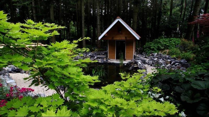 Maison de bois au bord de l'eau