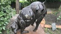 Photo d'une statue en ferraille représentant un cochon