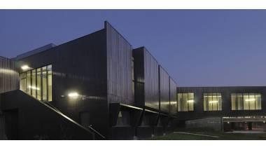 Bâtiment architectural pris au crépuscule.