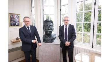 Jean-Paul Olliver et Pascal Martin devant le buste de l'écrivain chinois offert par la Fondation Lu Xun.