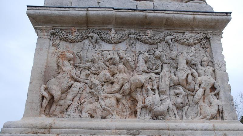Bas-relief sud du socle du mausolée.