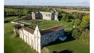 L'abbaye de Maillezais avec au premier plan l'hôtellerie