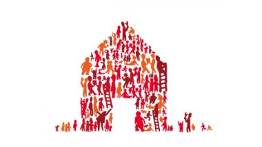 une foule construit une maison