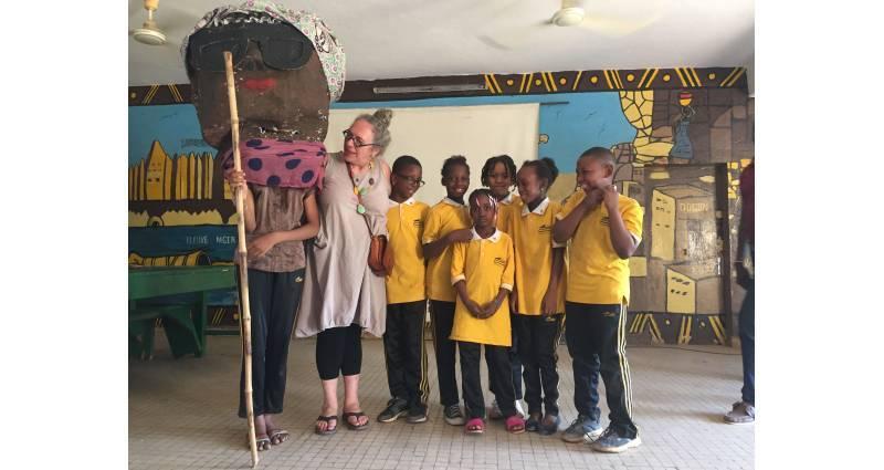 La caravanière du Nouveau-Brunswick et des élèves de l'école Kalanso © Marie Thérèse Landry