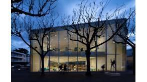 Photographie de la médiathèque de Bourg-la-Reine. De l'extérieur, on aperçoit les espaces intérieurs de la bibliothèque.