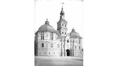Saint-Amand-les-eaux, (Nord). Hôtel de Ville, façade sur la place. (Juin 1887)
