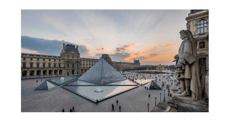 Vue sur la Pyramide du Palais du Louvre au couchant