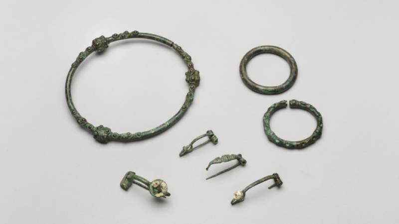 Torque, bracelets et fibules, Villeseneux (Marne), IIIe siècle avant notre ère. Musée du Vin de Champagne et d'Archéologie régionale de la Ville d'Epernay